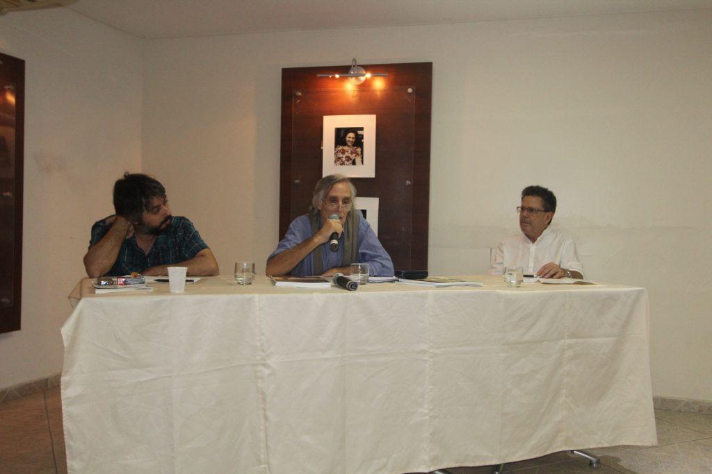 Tiago Régis (pesquisador do ISER, José Maria Gomez (professor do Instituto de Relações Internacionais da PUC-RJ), e Luiz Antônio Baptista (professor da pós-graduação em Psicologia da UFF)
