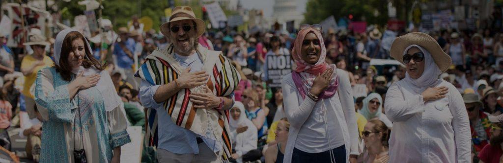 Imagem de pessoas em protesto pedindo justiça climática