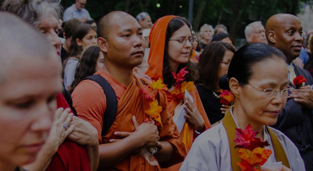 Pessoas em oração em ato coletivo